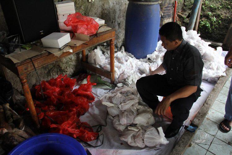 Penyembelihan hewan qurban di lingkungan LIA Pengadegan